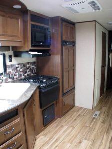 29-foot-rental-trailer-bayleys-resort-kitchen